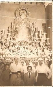 1969. La Virgen procesiona con el manto de la Virgen de Luna de Escacena
